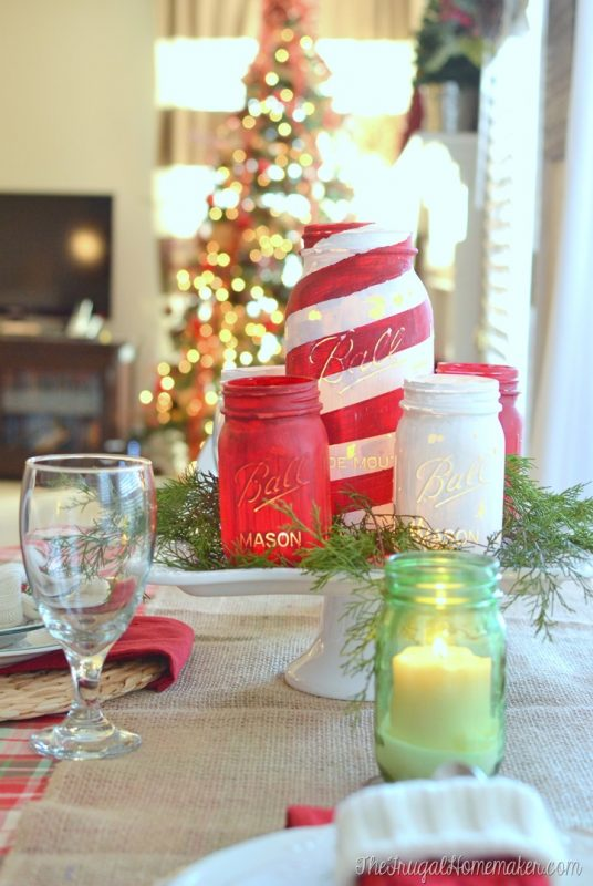 I LOVE this idea for using painted mason jars as a Christmas table centrepiece!
