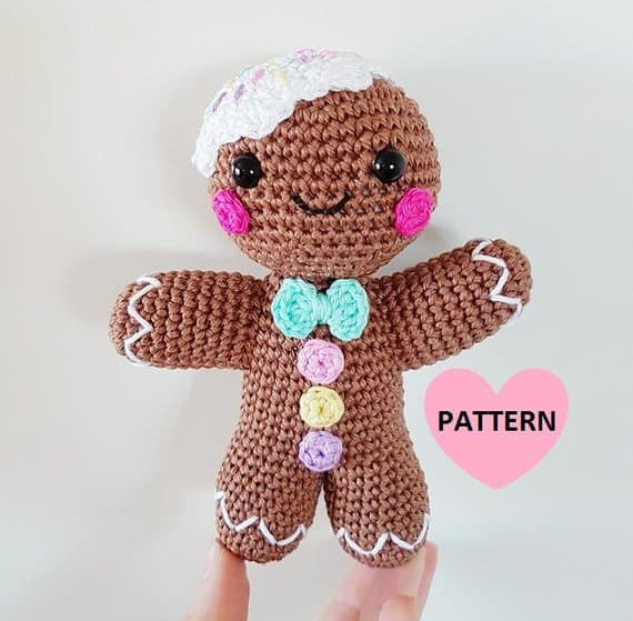 This totally ADORABLE amigurumi gingerbread man needs to be on your Christmas crochet project list!
