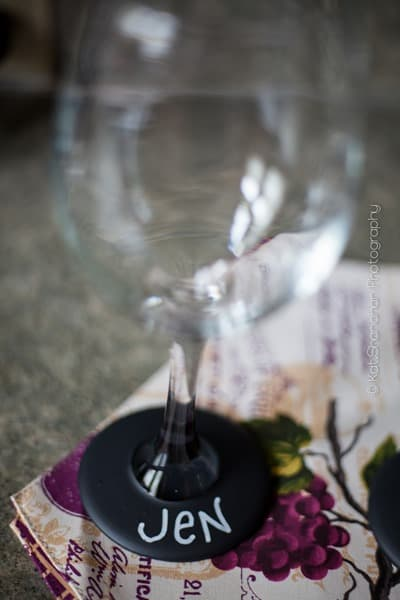 What an amazing idea is this? Chalkboard wine glasses would make a brilliant hostess gift, because they're practical and can be used right away. J