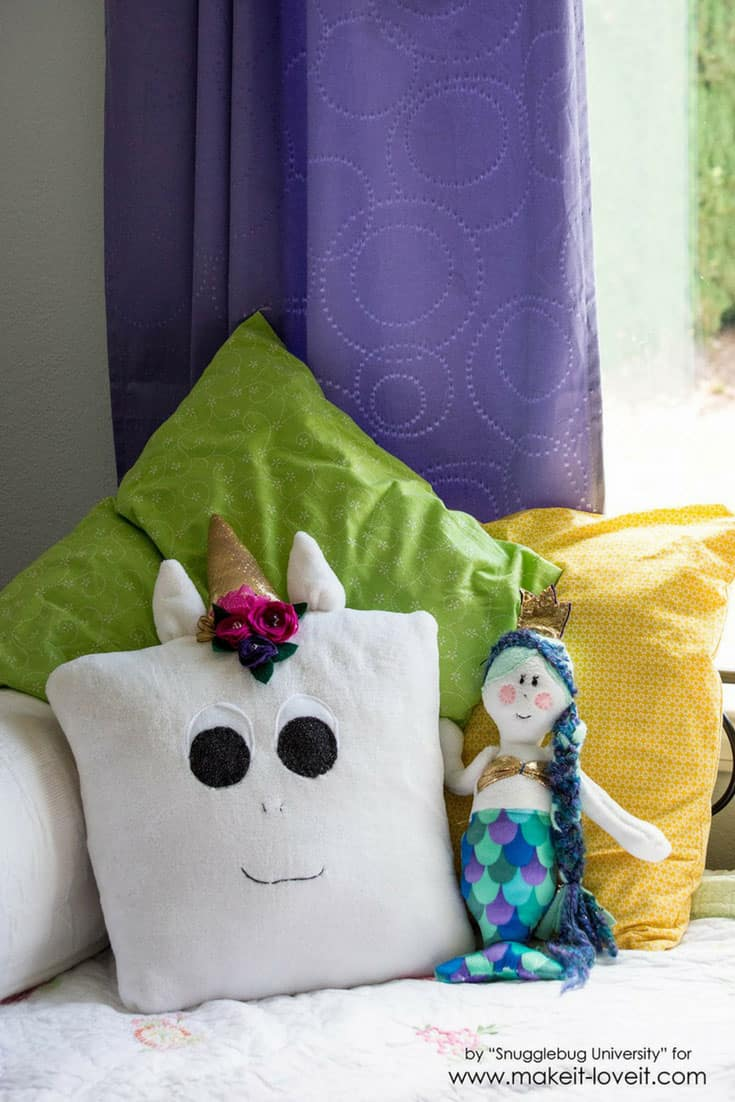 We are in love with this DIY unicorn pillow!