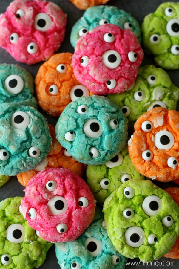 How adorable are these Halloween Monster Cookies?? Love those candy eyes!