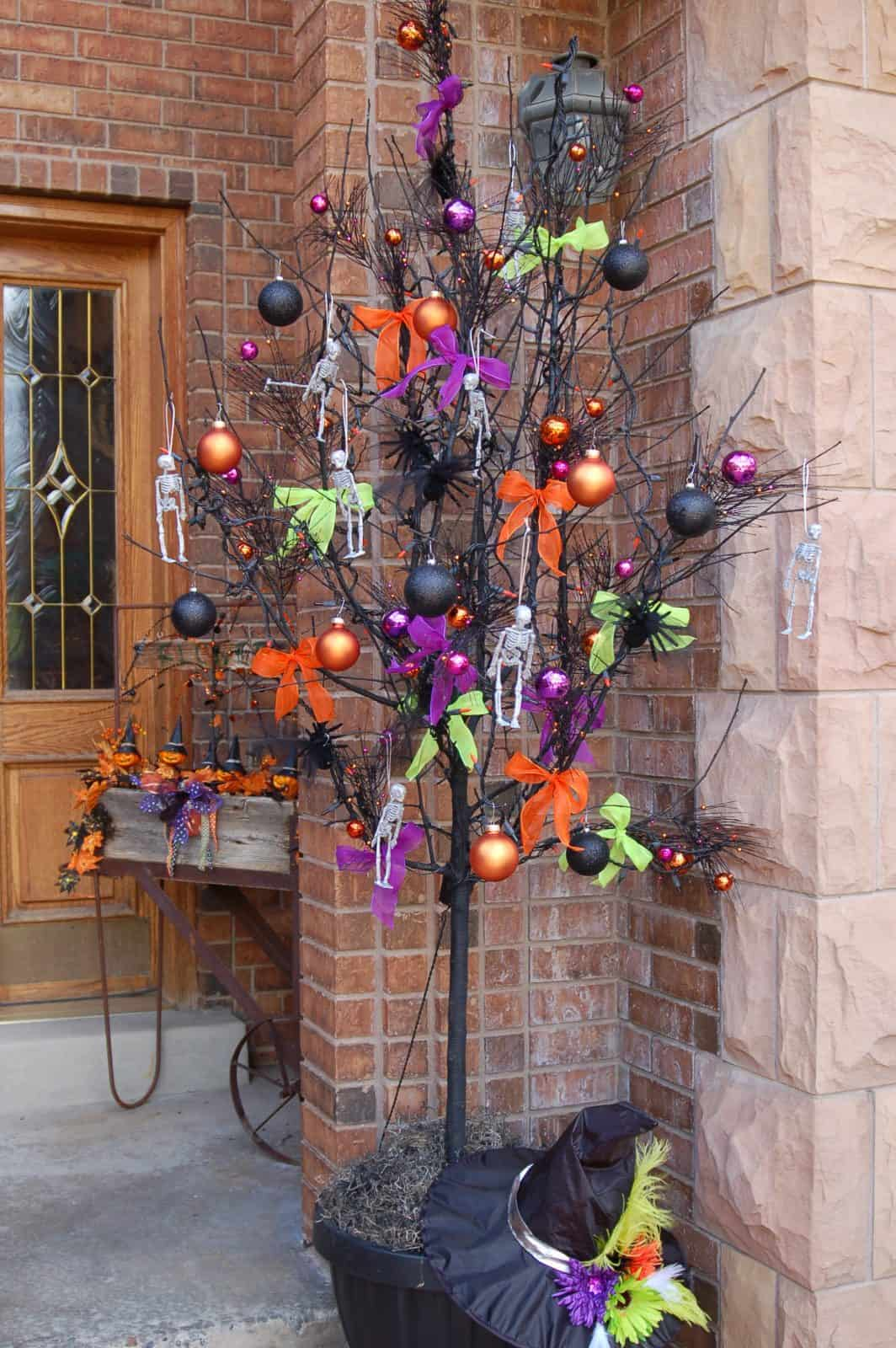 Who said you could only decorate a tree for Christmas? This Halloween tree is fabulous!