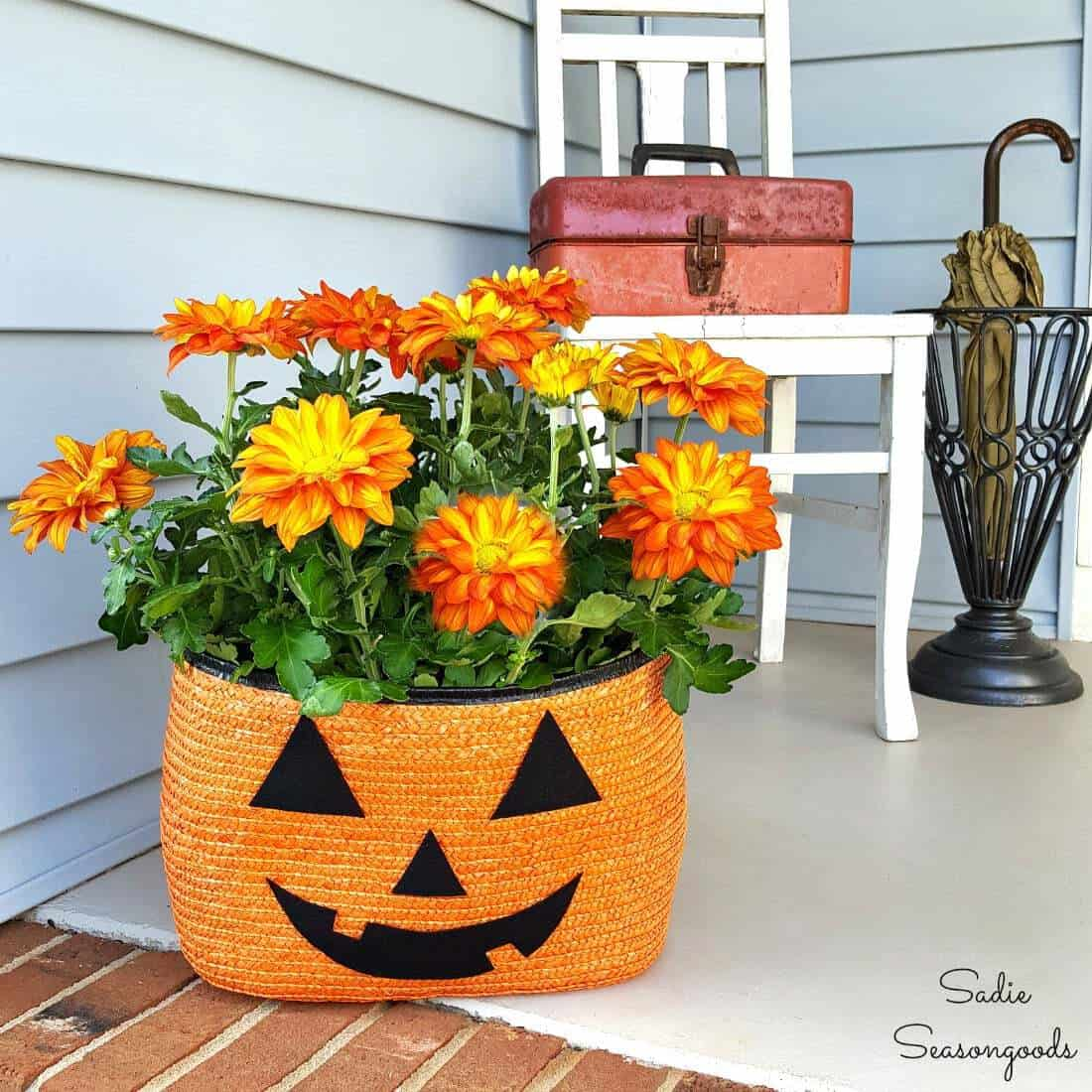 Halloween Porch Decorations with a Straw Tote