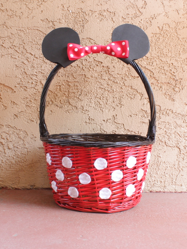 Oh these DIY Mickey and Minnie baskets are ADORABLE!