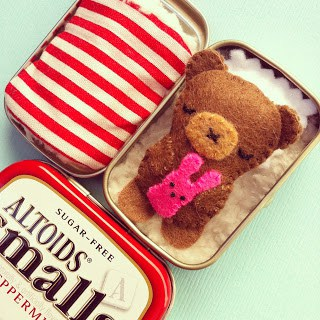 Altoid Tin Toys: Make a soft bed for an adorable teddy