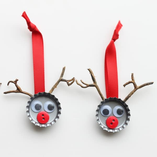 How ADORABLE are these bottle top Rudolph ornaments!