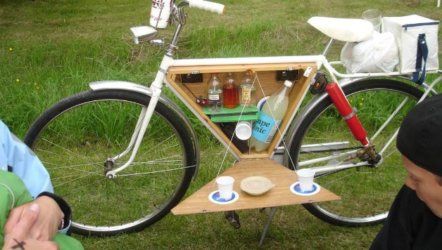 How to Decorate a Bike: Add a mini bar for picnics