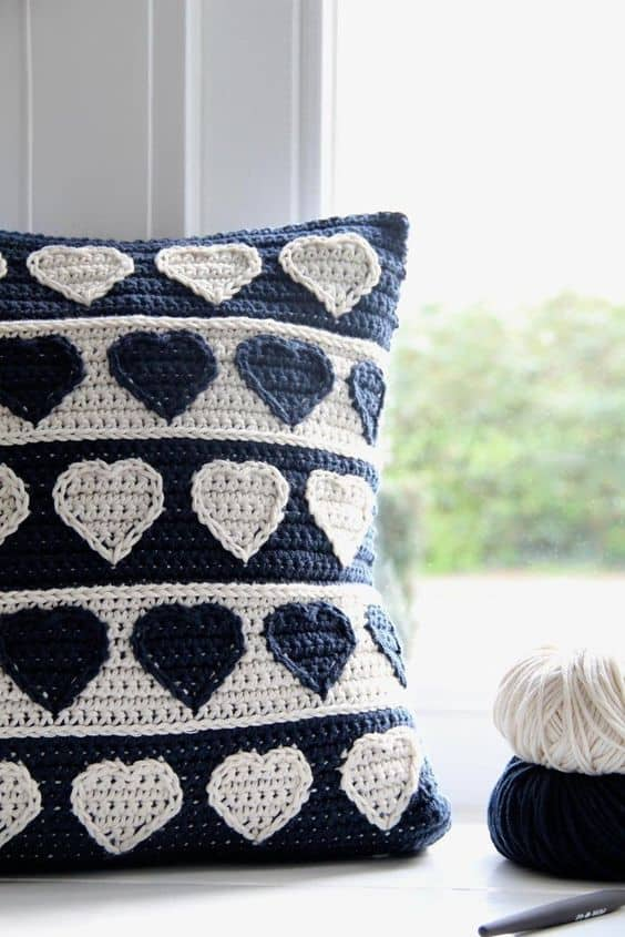 With this pattern for the Hearts cushion cover you can make this stylish cover yourself. A beautiful eye catcher in your interior, a perfect gift for Mother's Day too.