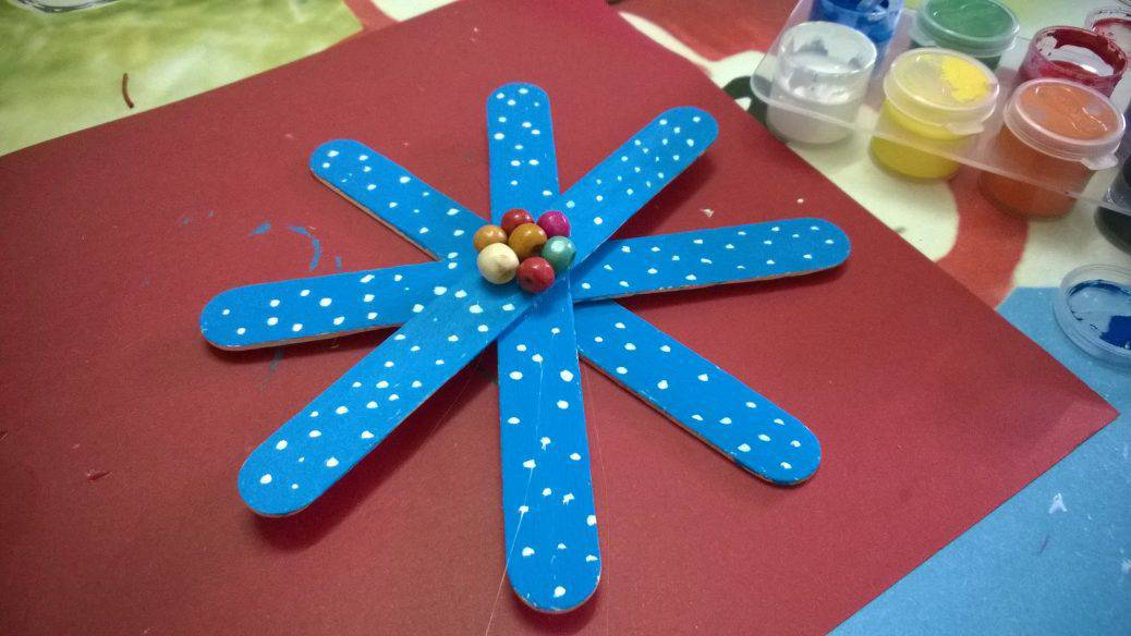 These snowflake ornaments are ADORABLE and such FUN to make too!