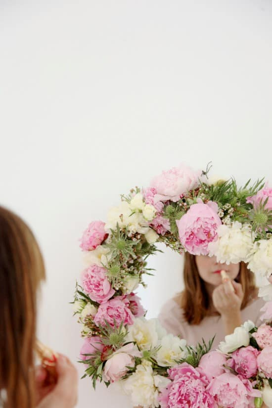 Use fresh flowers to make a mirror frame