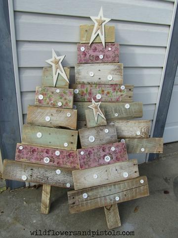 LOVING the SHABBY SHIC look to these wood pallet Christmas Trees!