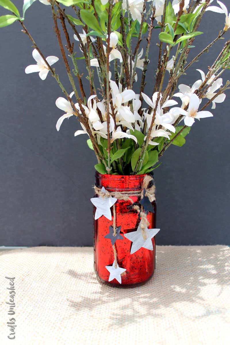 Loving this patriotic mason jar craft! It's perfect for the 4th of July!